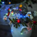 Solcellsladdad ljusslinga med kulörta lampor