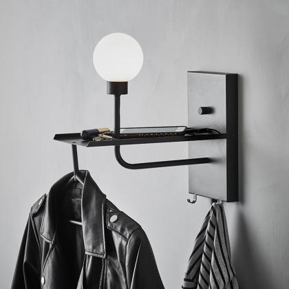 Vägglampa med hängare och USB-uttag