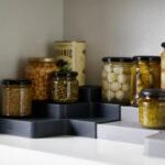 Justerbar förvaringshylla till köksskåp